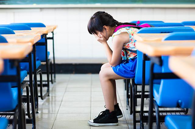 教室で泣いている女の子