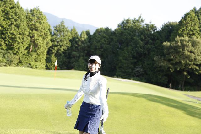 水分を補給する女性ゴルファー