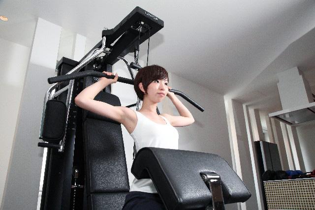 トレーニングに必死な女性
